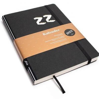 Tyyp Kalender 2022 Design in schwarz liniert