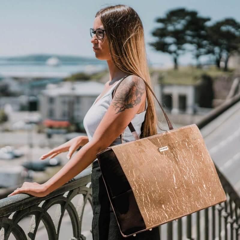 Bag Affair Business Handtasche aus Kork mit Model seitlich