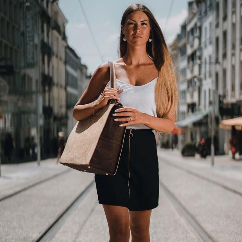 Bag Affair Business Handtasche aus Kork mit Model von vorne