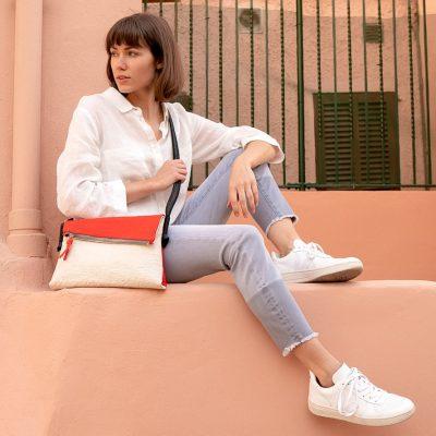 vegane Handtasche getragen von einem Model