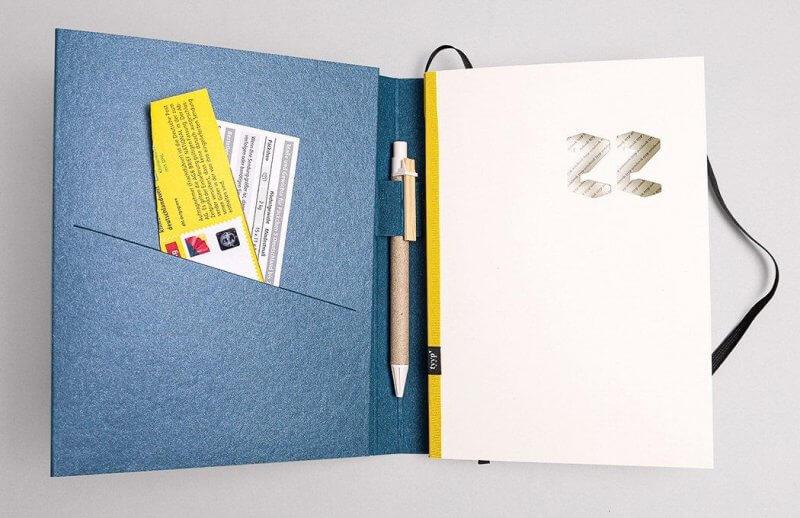 Tyyp Kalender in blau offen