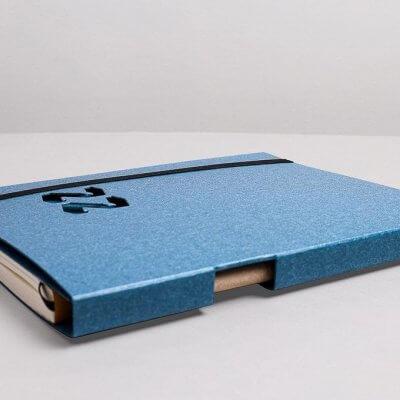Tyyp Kalender in blau liegend